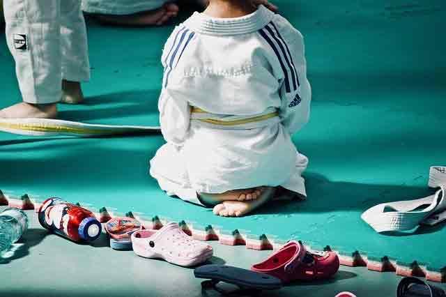 kid kneeing down